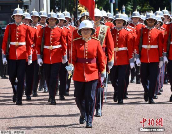 当地时间2017年6月26日,英国伦敦白金汉宫,第二营派翠西亚公主轻步兵团Megan Couto队长在卫兵交接仪式上指挥着女王的卫队。