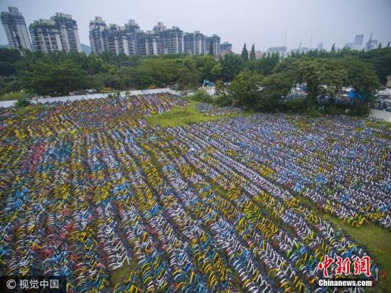 绵延上千平米的露天荒地上,各品牌的各色单车密密麻麻,场面壮观。图片来源:视觉中国