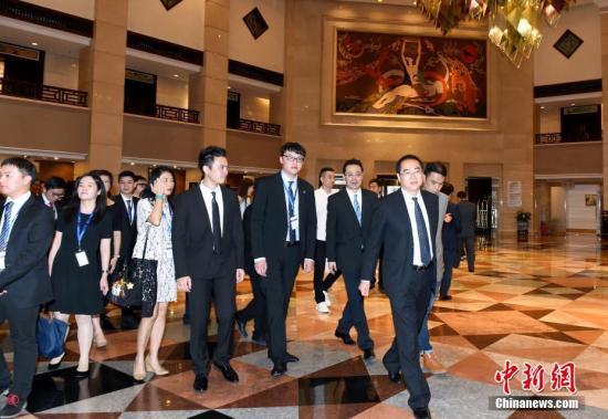 6月27日,国务院侨办副主任郭军在北京会见海外闽籍华裔杰出青年访华团。 中新社记者 张勤 摄