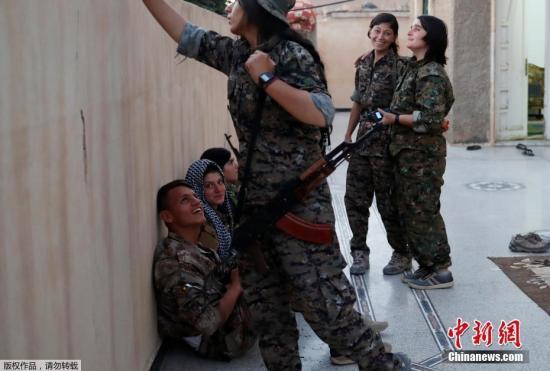 当地时间2017年6月26日,叙利亚拉卡,库尔德战士在一所房子休息。