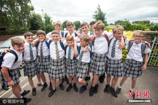 """当地时间2017年6月22日,英国近日天气炎热,气温一度冲高到摄氏35.6度。 虽然天气酷热,但德文郡艾希特市(Exeter)的一所中学却明令禁止男学生穿着短裤上学。当中有大约50名男学生后来""""乖乖听从校方建议"""",果然不穿短裤,但是,却改穿女生裙子上学。 图片来源:视觉中国"""