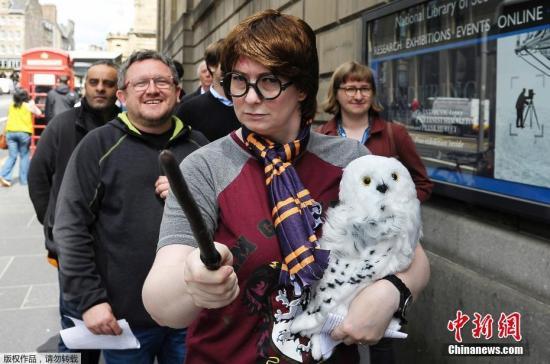"""2017年6月26日,是风靡世界的魔幻小说《哈利?波特》首部《哈利?波特与魔法石》出版20周年的日子,英国各地""""哈迷""""们举行庆祝活动,为了纪念这个""""魔法世界""""诞生20周年。图为当地时间6月26日,苏格兰国家图书馆前COS成""""哈利""""的""""哈迷""""。"""