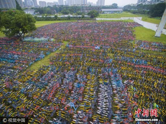 2017年6月26日,杭州,城南的一处空地上,上万辆共享单车被弃之荒野。图片来源:视觉中国