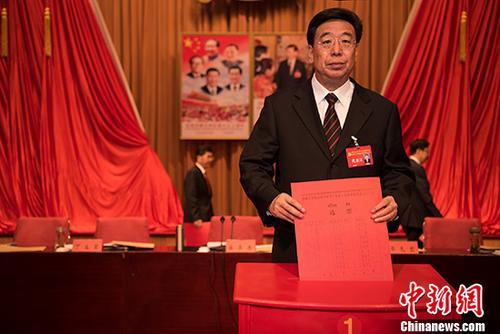 资料图:6月27日,中共西藏自治区党委书记吴英杰投票选举西藏自治区出席党的十九大代表。当日,中国共产党西藏自治区代表会议在拉萨召开。 中新社记者 何蓬磊 摄
