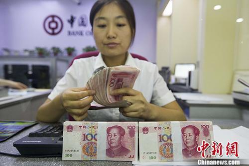 资料图片,银行工作人员清点货币。 中新社记者 张云 摄