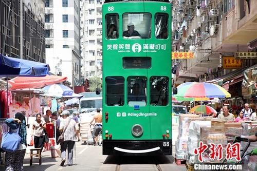 """香港回归20年来,不少近百年历史的街道不但风采依然,而且容光焕发。近年被旅发局推介成香港旅游景点之一的春秧街,吸引不少内地及世界各地游客观光。春秧街的一条单向街道。东面起自糖水道,西端连接北角道。春秧街有""""小福建""""、""""小上海""""之称,街道满布小贩,两旁楼宇地下则有专门售卖福建和上海等地道食物的店铺。春秧街的一个特色是电车从中穿过,因为路上满布行人和摊贩,每当电车驶入狭窄春秧街时,电车司机必须不断响着""""叮叮""""提醒行人闪避,在人潮中缓缓前进。春秧街的社群是它的另外一个特色,这里可以用闽南语和商贩沟通,和老街坊聊天。早在1921年,南洋福建巨富郭春秧等资本家带了大量资本开发北角,在北角竞投到北角新..."""