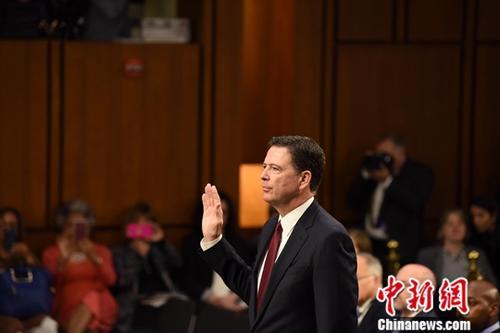 当地时间6月8日,美国前联邦调查局(FBI)局长科米在参议院情报委员会关于俄罗斯干涉2016年美国大选的听证会上作证。 中新社记者 邓敏 摄