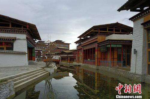 """6月10日,初夏的西藏林芝鲁朗小镇美轮美奂。鲁朗藏语意为""""龙王谷"""",鲁朗国际旅游小镇旖旎盘卧318国道旁,由粤藏两省携手建设,是一个以""""藏族文化、自然生态、圣洁宁静、现代时尚""""为核心理念设计的国际化旅游小镇。中新社记者 张浪 摄"""