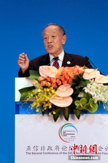"""6月28日,亚洲相互协作与信任措施会议(亚信)非政府论坛第二次会议在北京举行。本次会议的主题为""""亚信25年:为了亚洲的安全与发展""""。来自亚信成员国、观察员国(组织)、地区有关国家的前政要、专家学者、媒体和非政府组织代表及驻华使节等约300位中外人士与会。图为中国前外交部长李肇星致开幕辞。记者 李慧思 摄"""