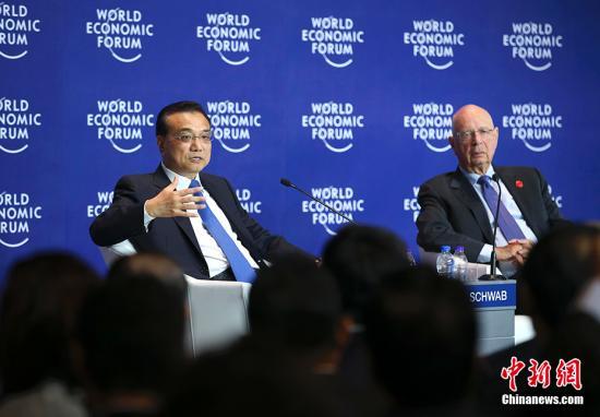 6月28日上午,中国国务院总理李克强在大连国际会议中心同出席2017年夏季达沃斯论坛的国际工商企业界代表举行对话会。 中新社记者 刘震 摄
