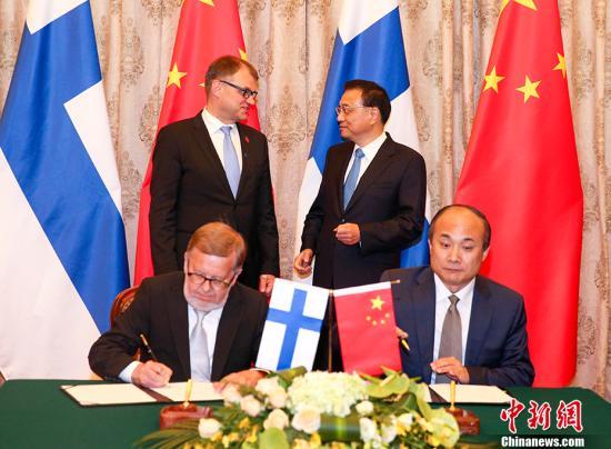 6月27日下午,中国国务院总理李克强在大连国宾馆同来华出席2017年夏季达沃斯论坛的芬兰总理西比莱举行会谈。会谈后,两国总理共同见证了双方能源、体育、可持续发展等领域多份双边合作文件的签署。 中新社记者 刘震 摄