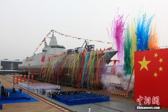 该型舰是中国完全自主研制的新型万吨级驱逐舰,先后突破了大型舰艇总体设计、信息集成、总装建造等一系列关键技术,装备有新型防空、反导、反舰、反潜武器,具有较强的信息感知、防空反导和对海打击能力,是海军实现战略转型发展的标志性战舰。 王东海 摄