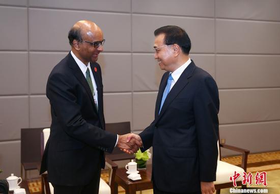 6月27日上午,中国国务院总理李克强在大连国际会议中心会见来华出席2017年夏季达沃斯论坛的新加坡副总理尚达曼。中新社记者 刘震 摄