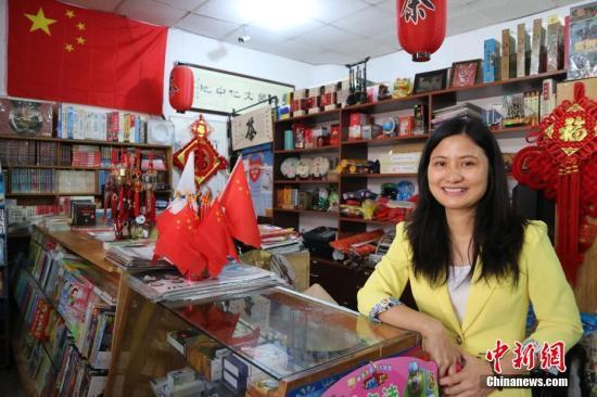在巴拿马最大的华人聚居区杜拉多(Dorado)有一间中国文化中心。来自中国的各类书籍、影视音乐光碟、文房四宝等在这里一应俱全。2001年,在丈夫的支持下,曾经营其他生意的张雪云决定创办中国文化中心,希望以自己的努力,弘扬中华文化、促进中巴友谊。她相信,中巴建交后,文化交流的需求定会大增,自己更有理由努力把这个中心坚持办下去。中新社记者 余瑞冬 摄