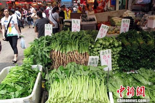 """香港回归20年,在民生方面,内地省市为香港运送""""数量足、质量优、价格平""""的食品。资料显示,香港市场95%的活猪、100%的活牛、33%的活鸡、100%的河鲜产品、90%的蔬菜、70%以上的面粉由内地供应。香港自1995年起连续23年获评全球最自由经济体,评分稳居第一。图为香港湾仔一街市蔬菜供应琳琅满目。 <a target='_blank' href='http://www.chinanews.com/'>中新社</a>记者 洪少葵 摄"""