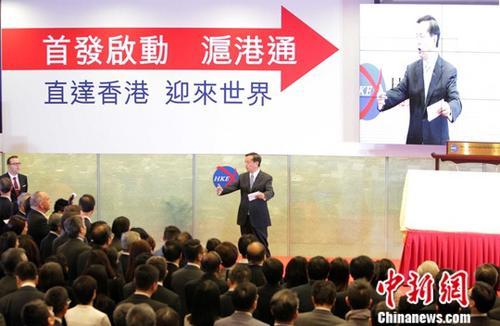 """香港回归20年,中央政府推出系列措施支持香港经济金融稳步发展。2003年以来,中央政府先后推出《内地与香港关于建立更紧密经贸关系的安排》(CEPA)及系列补充协议、内地居民赴香港""""个人游""""、开放人民币业务、推动国企到港上市、沪港通、深港通等惠港政策,为香港经济发展提供了强劲动力。在民生方面,内地省市为香港运送""""数量足、质量优、价格平""""的食品。 <a target='_blank' href='http://www.chinanews.com/'>中新社</a>记者 洪少葵 摄"""