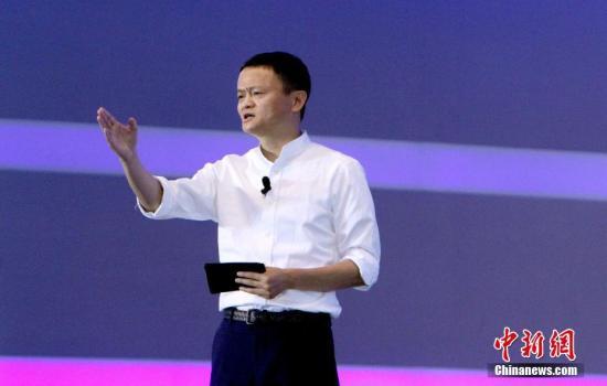 """6月29日,首届世界智能大会在天津开幕。阿里巴巴集团董事局主席马云在大会上进行了名为""""天马津云:智能改变世界""""的主题演讲。演讲时,马云手势和表情极为丰富,贡献了不少""""表情包""""。 张道正 摄"""