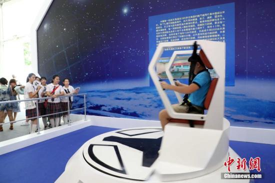 资料图:香港学生在体验航天员的训练方式。<a target='_blank' href='http://www.chinanews.com/'>中新社</a>记者 洪少葵 摄