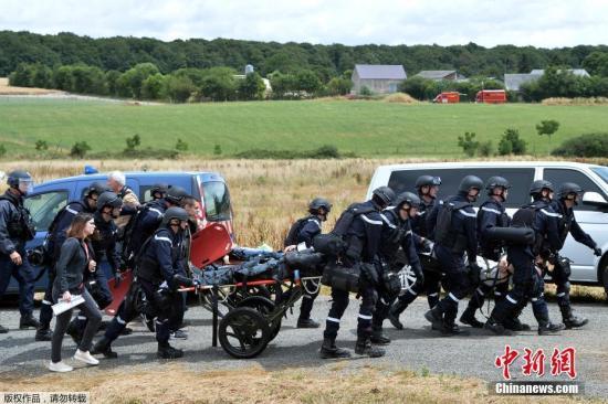 当地时间2017年6月28日,法国Auvers-le-Hamon,法国宪兵和警察参加一辆巴黎-里昂高速列车的反恐演习,测试救援人员的快速反应能力。