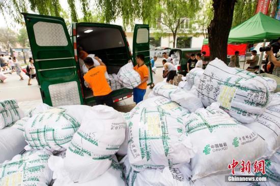 6月29日,山西太原,高校毕业生们正在邮寄返乡快递包裹。 张云 摄