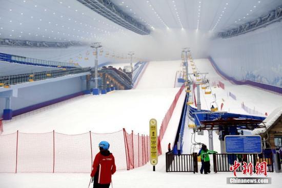 6月30日,位于哈尔滨的全球最大室内滑雪场正式开业,实现了四季纳客。据了解,该雪场建筑外观酷似一架巨型红色钢琴;设有初、中、高级6条不同坡度的雪道,垂直落差80米,最长雪道500米,可同时容纳3000人滑雪娱雪。 中新社记者 王舒 摄