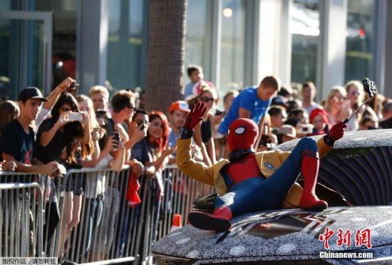 """近日,美国好莱坞,电影《蜘蛛侠:英雄归来》( Spider-Man: Homecoming)首映。红毯上可谓星光熠熠,""""钢铁侠""""小罗伯特?唐尼与""""梅姨""""玛丽莎?托梅再次同框,漫画作者斯坦?李(Stan Lee)变""""蜘蛛人""""酷炫登场凹造型,赞达亚?科尔曼(Zendaya)粉色拖尾长裙仙气儿十足,场面十分热闹!"""
