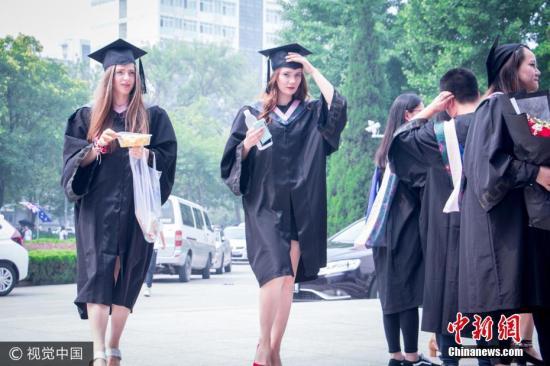 2017年6月28日,北京,就读于北京语言大学的各种颜色的皮肤、各种颜色的头发的留学生们迎来了自己的毕业典礼。图片来源:视觉中国