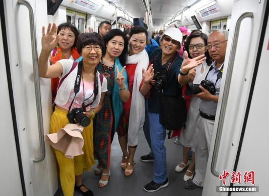 6月30日,市民早早赶来体验长春地铁1号线。当日,地处中国东北的长春市地铁1号线通车试运营,这是吉林省内开通的首条地铁。至此,中国东北地区四个副省级城市全部拥有了地铁交通。据了解,长春地铁1号线采用的是国内新款高寒地铁列车,可在零下35摄氏度低温条件下正常运行,这也是目前中国最轻的铝合金地铁列车。记者 张瑶 摄