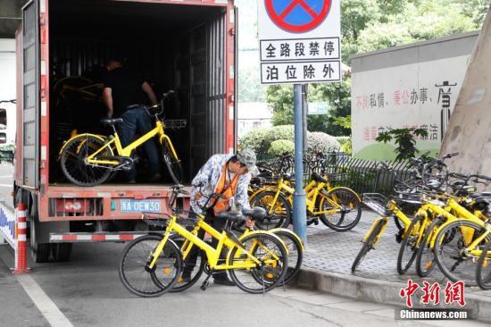 6月30日,某共享单车公司在杭州街头投放单车。 中新社记者 王远 摄