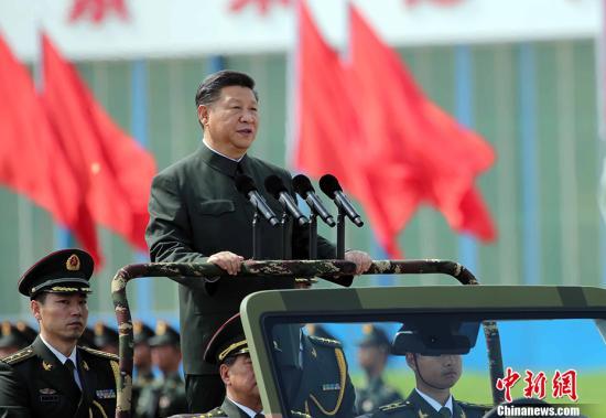 6月30日,中共中央总书记、国家主席、中央军委主席习近平在香港石岗军营视察并检阅中国人民解放军驻香港部队。 记者 洪少葵 摄