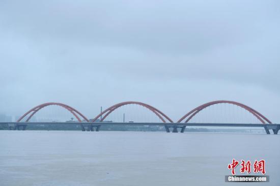 6月30日,洪水淹没了长沙三汊矶大桥大部分桥墩。当日,连日降雨致湖南湘江长沙段水猛涨,据长沙水文站监测数据显示,截止30日16时,湘江长沙段水位涨至37.57米,超警戒水位1.57,直逼1998年历史最高水位39.18米。 中新社记者 杨华峰 摄