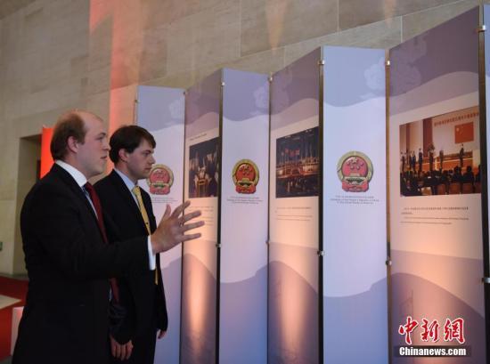 当地时间6月29日,中国驻美大使馆举行纪念香港回归20周年图片展和招待会。图为外国嘉宾参观图片展。<a target='_blank' href='http://www.chinanews.com/'>中新社</a>记者 邓敏 摄