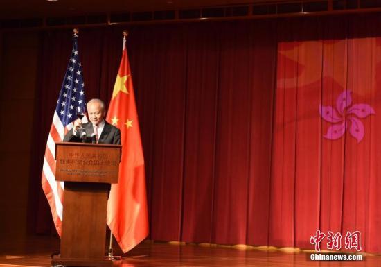 当地时间6月29日,中国驻美国大使崔天凯在使馆举行招待会,庆祝香港回归20周年。美国政府、国会、前政要、智库、工商界、媒体等各界代表,各国驻美使节、华人华侨和驻美中资机构代表等500多人出席。图为崔天凯大使在致辞后祝酒。<a target='_blank' href='http://www.chinanews.com/'>中新社</a>记者 邓敏 摄
