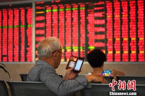 资料图:股民。<a target='_blank' href='http://www.chinanews.com/'>中新社</a>记者 安源 摄