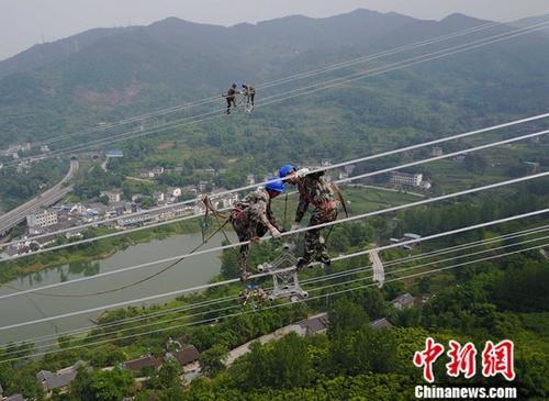 资料图:电力工人正在工作。<a target='_blank' href='http://www.chinanews.com/'>中新社</a>记者 周毅 摄