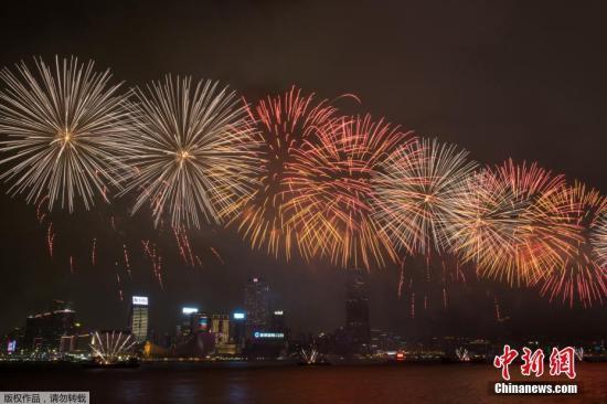 7月1日晚,庆祝香港特别行政区成立20周年烟花汇演在香港维多利亚港举行,39888枚烟花升空绽放点亮维港夜空。