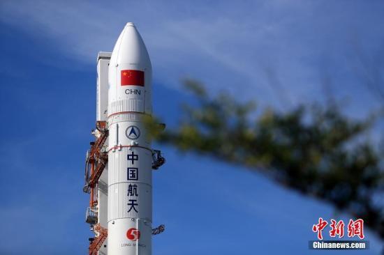 资料图:记者从中国国家航天局获悉,经研究决定,瞄准7月2日发射长征五号遥二运载火箭。该枚火箭已按计划于1日16时30分开始加注推进剂。张文军 摄