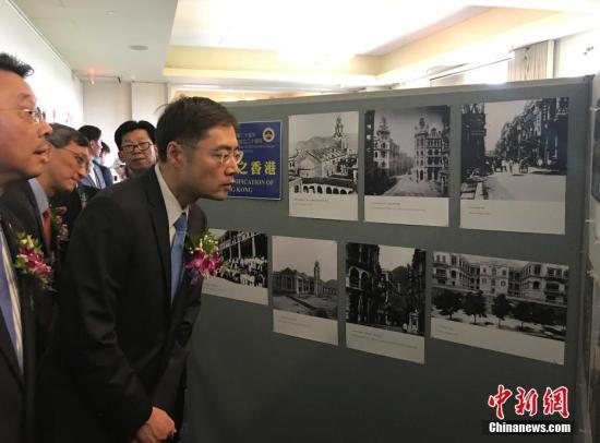 图为中国驻纽约总领馆副总领事程雷在参观图片展。中新社记者 马德林 摄