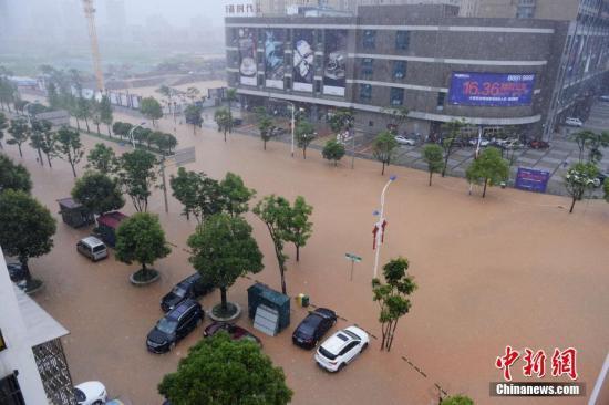 7月1日,长沙学士路严重内涝,多辆汽车被困。当日,暴雨致长沙城区多处内涝。杨华峰 摄