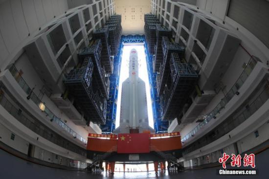 资料图:6月26日,长征五号遥二运载火箭转运至位于海南文昌的发射场内。张文军 摄