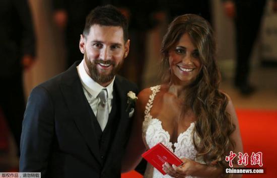 阿根廷球星梅西与妻子安东内拉合影。