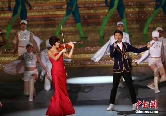 资料图:演奏家姚珏(左)小提琴独奏。<a target='_blank' href='http://www.chinanews.com/'>中新社</a>记者 洪少葵 摄