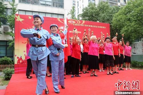 """资料图:社区举办多彩活动庆""""七一""""。中新社记者 张娅子 摄"""