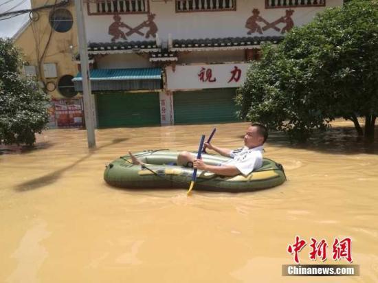 7月2日,因连日暴雨,位于珠江上游的融江河水猛涨,导致广西柳州市融水苗族自治县一半城区被泡,街道成河。不少居民到涨水路段拍照围观,一些小孩更是在水中玩耍。据融水县防汛办水情播报,当天11时,融水水文站出现112.08米洪峰水位(警戒水位106.6米)。地处桂北山区的融水县,因地势原因,历年来曾多次遭受洪水袭击,当地官方对洪涝灾害制定有多种应急预案,居民则早已熟悉如何应对洪水。蒙鸣明 摄