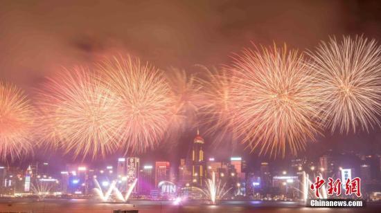 资料图片:香港维多利亚港举行烟花汇演,燃放3万9888枚烟花。。<a target='_blank' href='http://www.chinanews.com/'>中新社</a>记者 谢光磊 摄