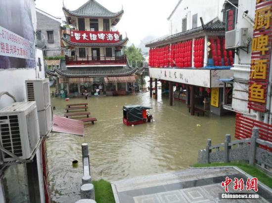 受持续强降雨影响,7月2日,桂林阳朔县多条河流出现超警戒洪水,阳朔县城多处内涝,西街部分商铺被淹。 赵琳露 摄