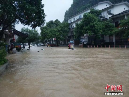 7月1日至7月2日,广西桂林市阳朔县普降大雨、局部暴雨至大暴雨,当地金宝河、遇龙河、兴坪河等中小河流均出现超警戒洪水,景区、乡镇多处被淹。赵琳露 摄