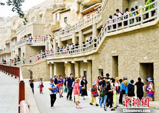 进入7月,丝绸之路上的国际旅游名城甘肃敦煌迎来了传统旅游旺季,敦煌莫高窟游人如织。 王斌银 摄
