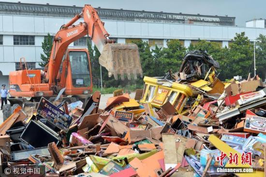 警方销毁赌博游戏机。 图片来源:视觉中国