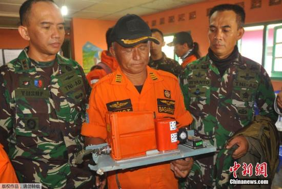 中爪哇省搜救中心发言人说,事发时当地出现大雾,直升机可能因此撞上山体坠毁。图为救援人员展示失事飞机的黑匣子。